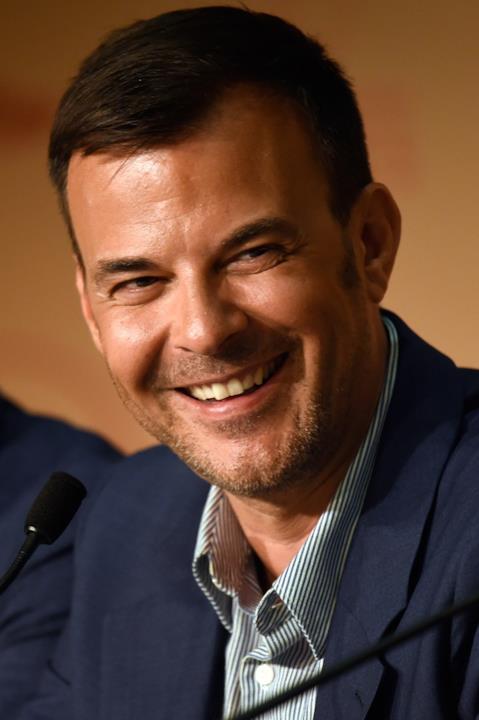 François Ozon sorride divertito alla conferenza stampa di L'Amant Double