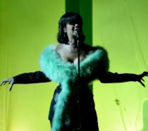 Rihanna intenta a cantare sul palco