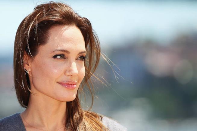 Un intenso primo piano di Angelina Jolie