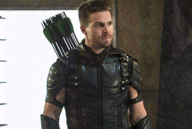 Arrow in costume in posa riflessiva
