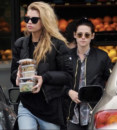 Kristen Stewart e Stella Maxwell in giro per la strada