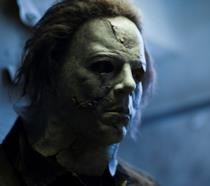 Lo spaventoso Michael Myers in una scena del film Halloween