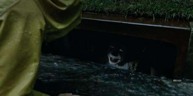 Pennywise incontra Georgie in IT