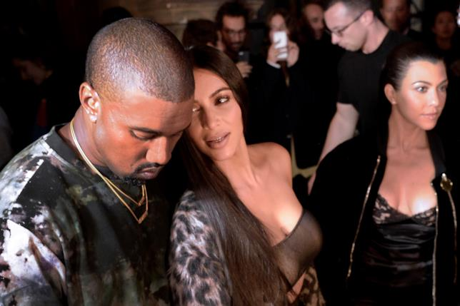 Kim Kardashian e Kanye West insieme durante una sfilata a Parigi