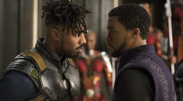 Killmonger e Black Panther si guardano in cagnesco in una sequenza del film
