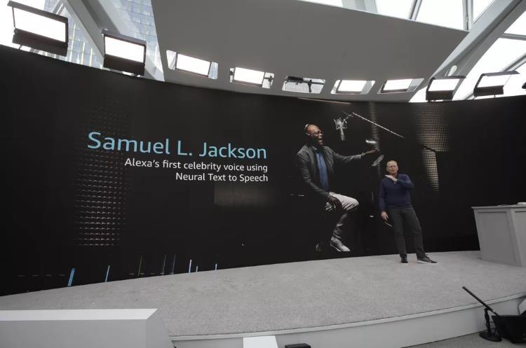 Il momento dell'annuncio a Seattle della partnership con Samuel L. Jackson per Amazon Alexa