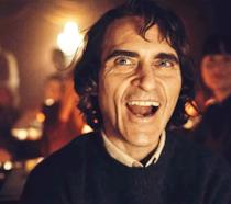 Joaquin Phoenix ride in una scena del film Joker