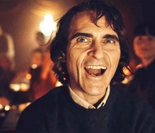 Joaquin Phoenix ride in una scena del film Joker