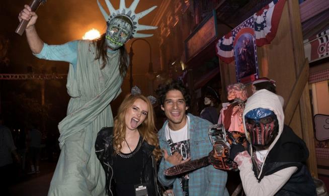 Bella Thorne e Tyler Posey negli Universal Studios per Halloween