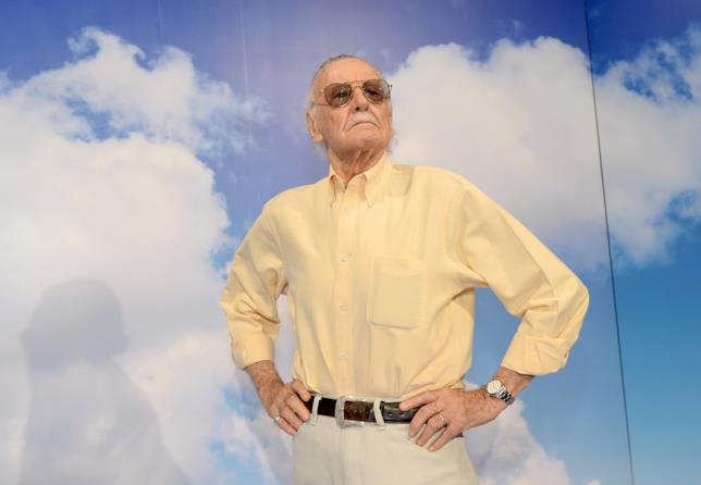 Stan Lee su uno sfondo di cielo