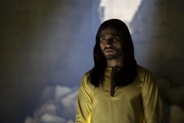Mezza figura di Mehdi Dehbi (il messia) in una scena della prima stagione