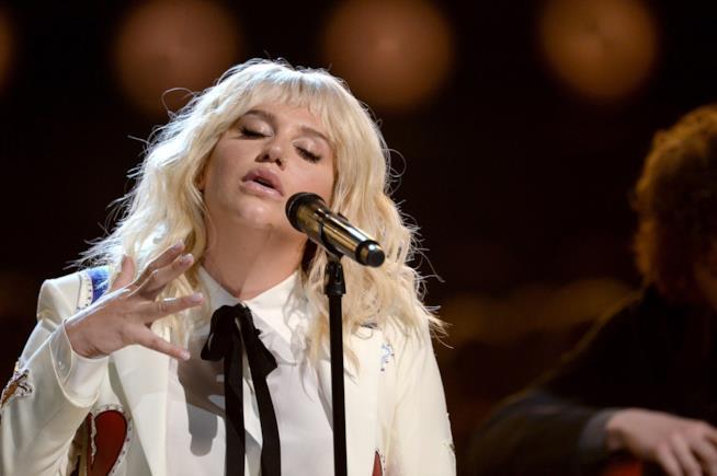 Primo piano di Kesha che canta ai Billboard Music Awards