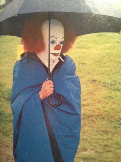 Tim Curry sul set di It fuma una sigaretta