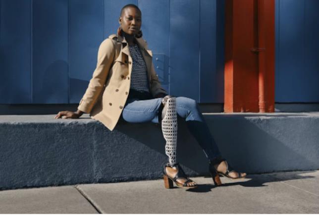 La blogger Mama Caxx indossa un capo d'abbigliamento della collezione Tommy Adaptive