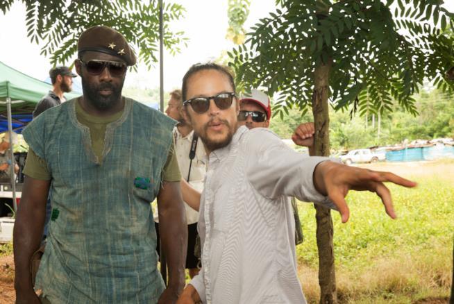Cary Fukunaga con l'attore Idris Elba