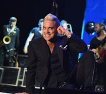 Primo piano di Robbie Williams sul palco