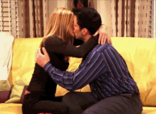 Joey e Rachel si baciano