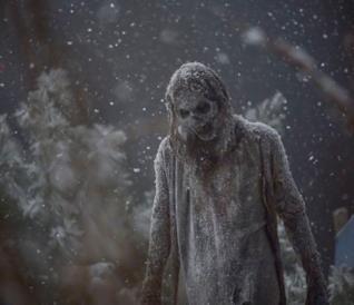 La neve ricopre uomini e Zombie nel finale di stagione di The Walking Dead 9: le foto