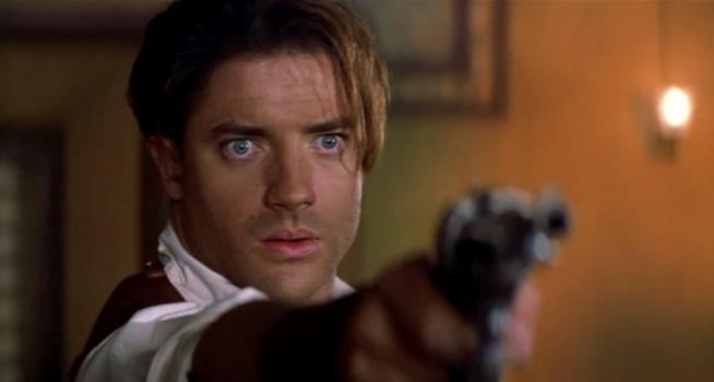 Brendan Fraser impugna una pistola nel film La Mummia
