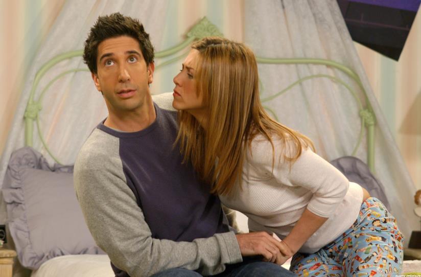 Il bacio tra Ross (David Schwimmer) e Rachel (Jennifer Aniston) nella sitcom cult Friends