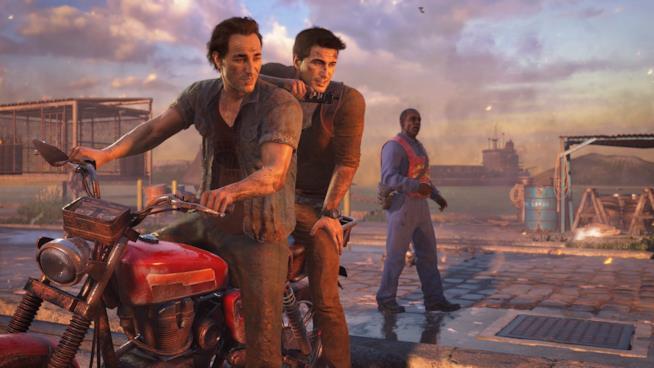 Nathan e Sam Drake in azione su una moto in Uncharted 4