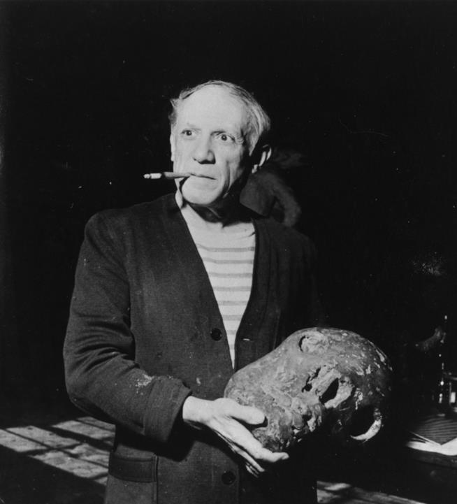 Pablo Picasso fuma una sigaretta