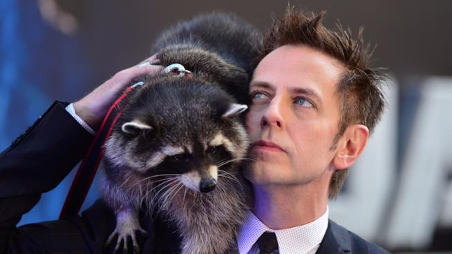 James Gunn sul red carpet con l'alter ego reale di Rocket!