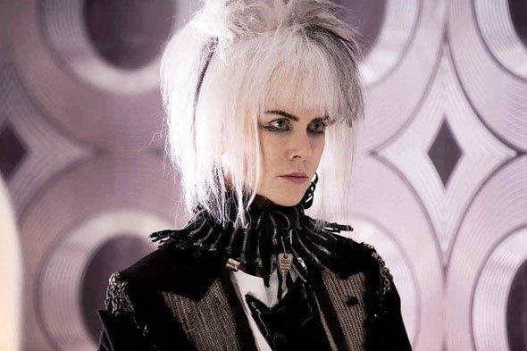 Nicole Kidman sfoggia un look da vera punk con capelli bianchi cotonati e chiodo nero in How to Talk to Girls at Parties