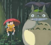 Totoro con le piccole protagoniste nella celebre scena della fermata del bus