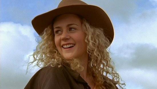 Jodi sorride in un episodio della serie Le Sorelle McLeod