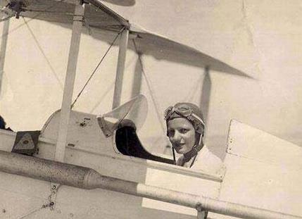 Lotfia El Nadi su un aereo