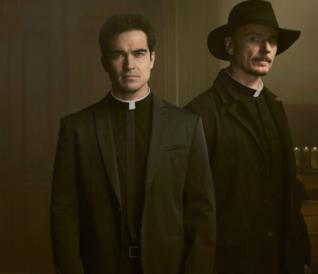 Alfonso Herrera e Ben Daniels in The Exorcist