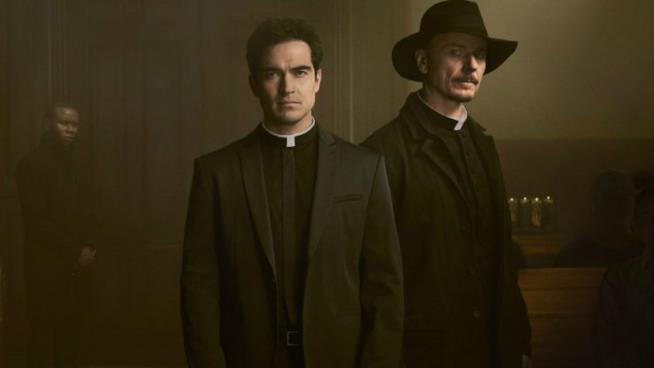 Alfonso Herrera e Ben Daniels in The Exorcist