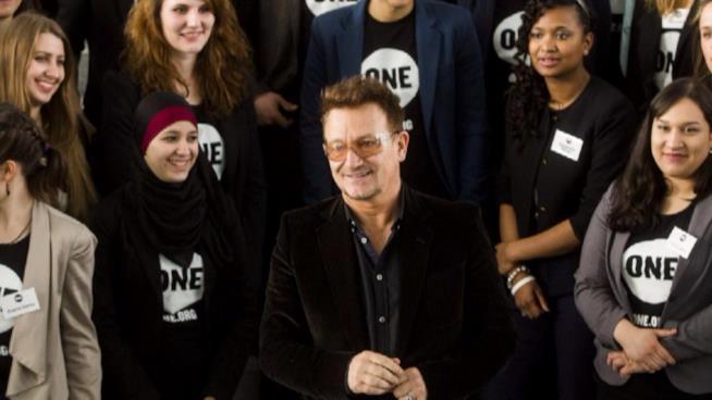 Bono Vox e un gruppo di donne di One