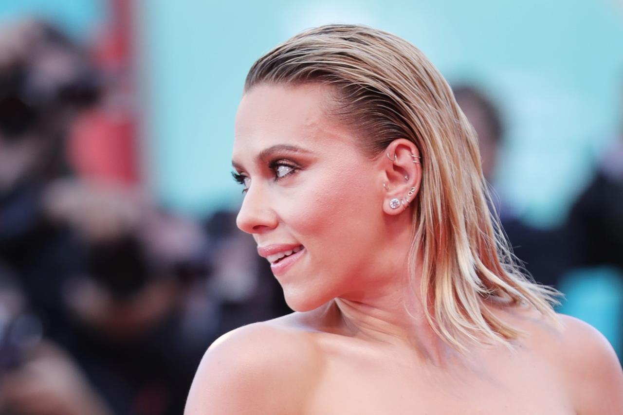 Scarlett Johansson sfila sul tappeto rosso