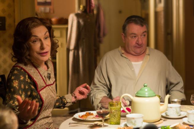 Jeannie Berlin e Ken Stott in una scena dal film Café Society