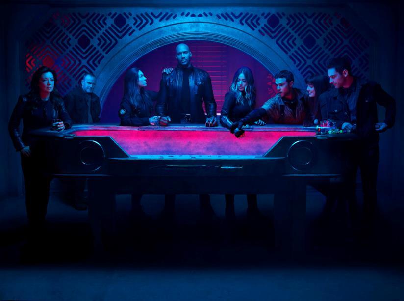Gli agenti dello S.H.I.E.L.D. riuniti attorno a un tavolo