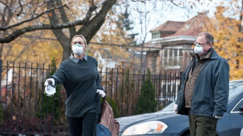 Kate Winslet indossa la mascherina in una scena di Contagion