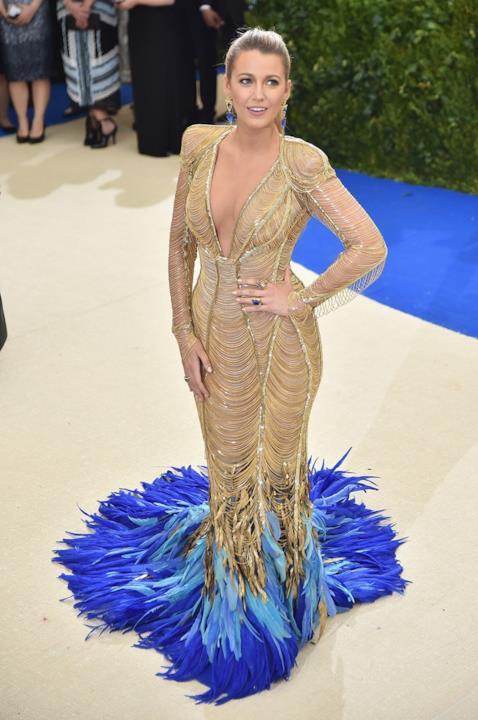 Blake Lively dorata e con le piume al MET Gala 2017