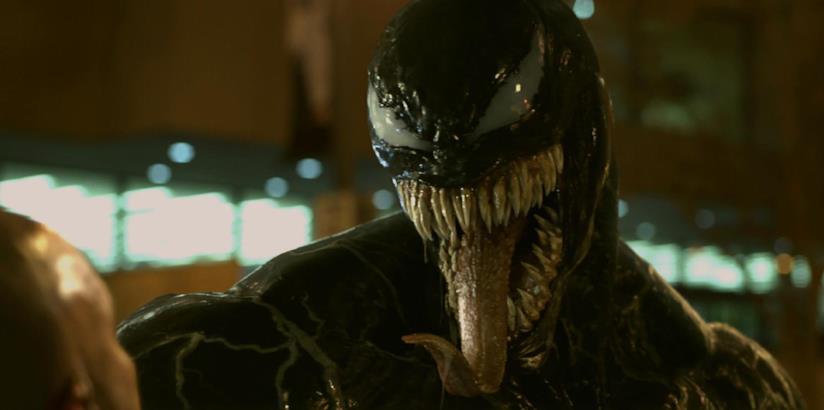 Venom si mostra in una scena del film con Tom Hardy