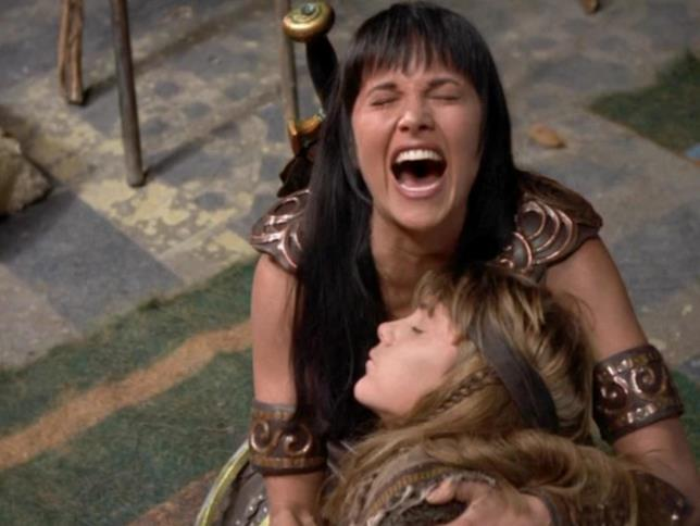 Xena ha in braccio il figlio morto