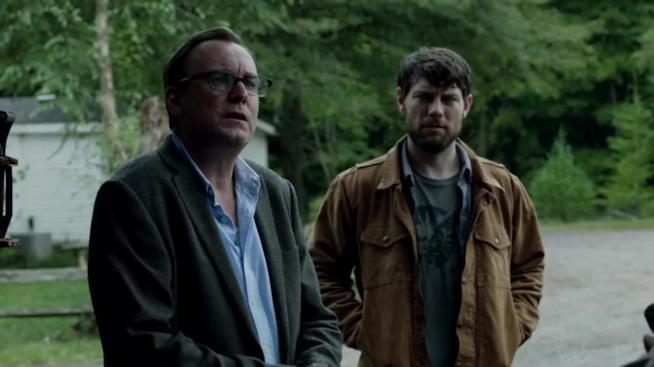 Una scena di Outcast con Kyle Barnes e il Reverendo Anderson