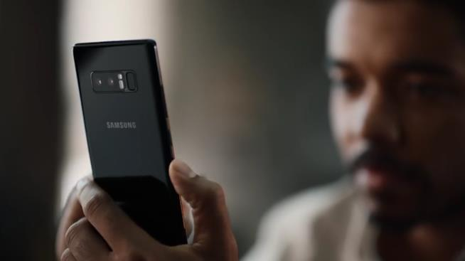 Frame dello spot Samsung che sbeffeggia i prodotti Apple