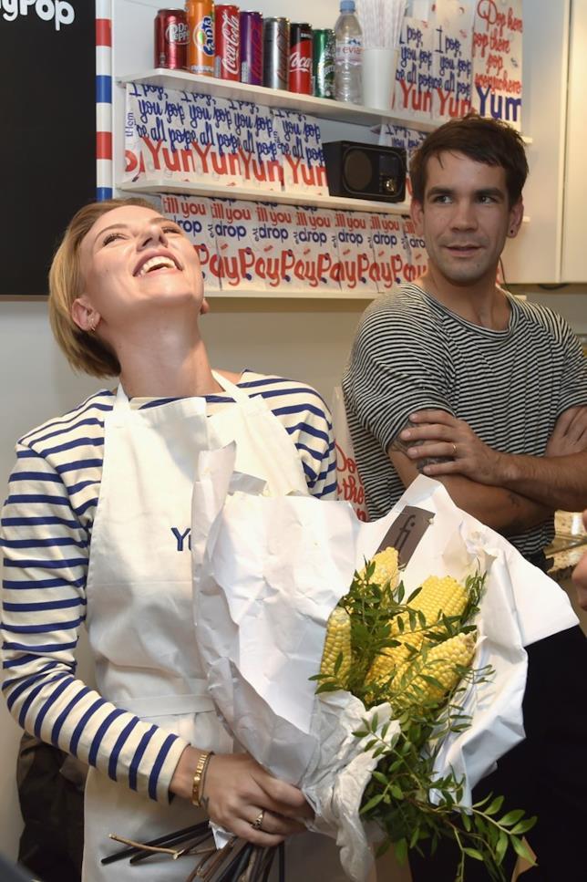 Scarlett Johansson con Romain Dauriac nel loro negozio di popcorn