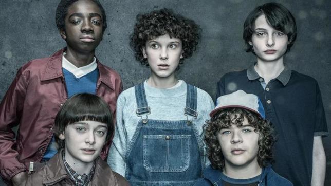 Millie Bobby Brown e gli adolescenti protagonisti di Stranger Things 2