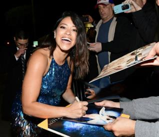 Gina Rodriguez fima autografi