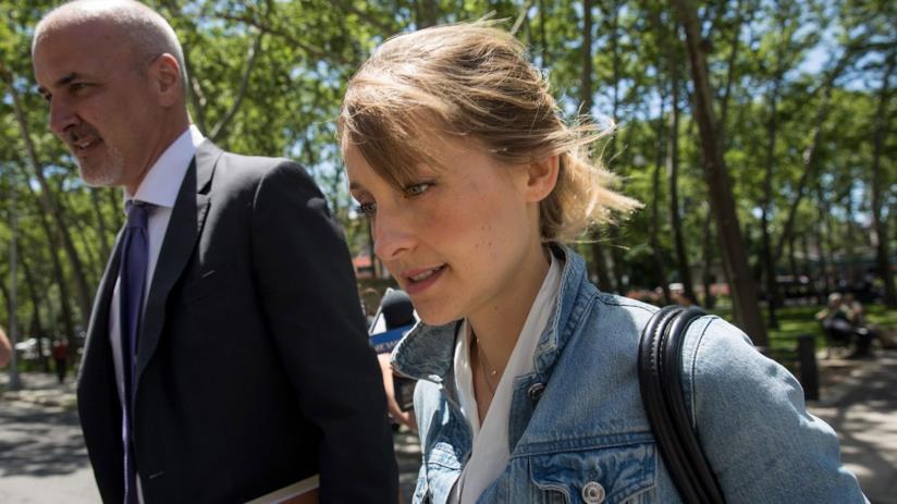 Allison Mack con uno dei suoi avvocati