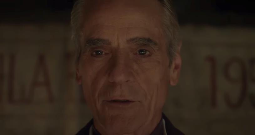 Il volto di Jeremy Irons che nella serie di Watchmen interpreta Ozymandias
