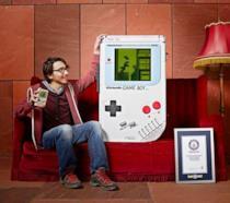 Ilhan Ünal posa con il suo gigantesco Game Boy