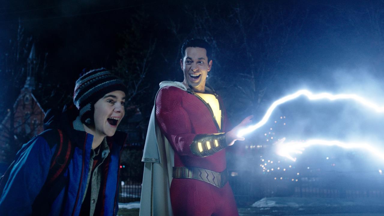 Freddy e Billy si divertono a scoprire i poteri di Shazam